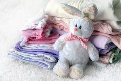 Pila de ropa del bebé Foto de archivo