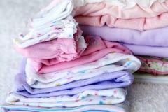 Pila de ropa del bebé Fotos de archivo