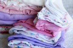 Pila de ropa del bebé Fotos de archivo libres de regalías