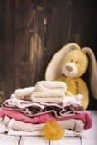 Pila de ropa del bebé para recién nacido Fotografía de archivo libre de regalías