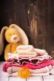 Pila de ropa del bebé para recién nacido Imágenes de archivo libres de regalías