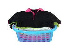 Pila de ropa en cesta en el fondo blanco (con la palmadita del recortes Fotografía de archivo