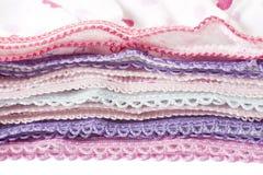 Pila de ropa multicolora de la ropa interior con el cordón fotografía de archivo