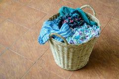 Pila de ropa sucia en una cesta que se lava Imagenes de archivo