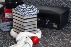 Pila de ropa y de libros del invierno con el borde brillante Fotografía de archivo libre de regalías