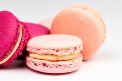 Pila de rosa francés y macarons o macarrones magentas fucsias, primer lateral sobre un fondo blanco fotos de archivo libres de regalías