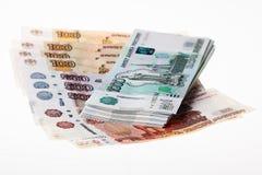 Pila de rublos rusas en el fondo blanco Imagenes de archivo