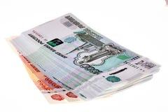 Pila de rublos rusas en el fondo blanco Imágenes de archivo libres de regalías