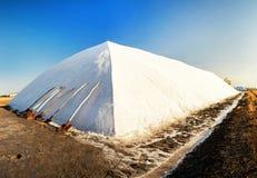 Pila de sal y de palas contra un fondo del cielo azul Fotografía de archivo