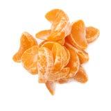 Pila de secciones de la rebanada de la mandarina aisladas encima Imagen de archivo