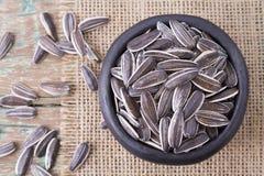 Pila de semillas de girasol en fondo de madera Fotos de archivo