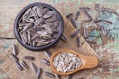 Pila de semillas de girasol en fondo de madera Fotos de archivo libres de regalías