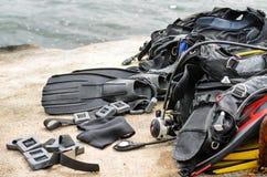 Pila de sequedad del equipo del buceo con escafandra en muelle Foto de archivo