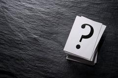 Pila de signos de interrogación imágenes de archivo libres de regalías