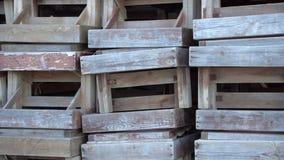 Pila de sillón de madera durante temporada baja Cajas enmaderadas lamentables, pintura pelada apagado, tablero rústico metrajes