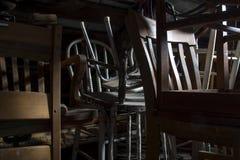 Pila de sillas olvidadas viejas en ático fotos de archivo