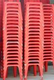 Pila de sillas plásticas rojas. Fotografía de archivo libre de regalías