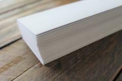 Pila de sobres blancos en un fondo de madera aislado Fotografía de archivo
