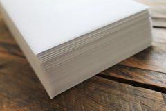 Pila de sobres blancos en un fondo de madera aislado Imagenes de archivo