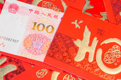 Pila de sobres chinos rojos con el dinero fotografía de archivo
