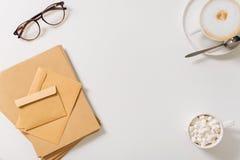 Pila de sobres que mienten en la tabla blanca Fotos de archivo libres de regalías
