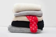 Pila de suéteres con un calcetín Foto de archivo libre de regalías