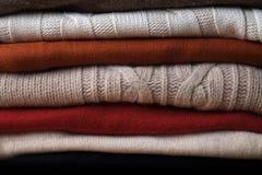Pila de suéteres de lana apilados encima de uno a Imagen de archivo libre de regalías