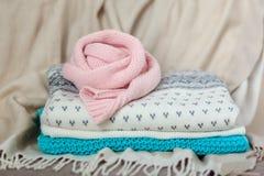 Pila de suéteres hechos punto Imagen de archivo libre de regalías
