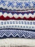 Pila de suéteres hechos punto Imágenes de archivo libres de regalías
