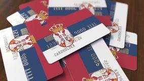 Pila de tarjetas de crédito con la bandera de Serbia Animación conceptual 3D del sistema bancario servio metrajes