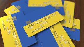 Pila de tarjetas de crédito con la bandera de Ucrania Animación conceptual 3D del sistema bancario ucraniano almacen de video
