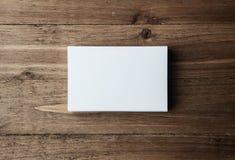 Pila de tarjetas de visita blancas en blanco en el fondo de madera horizontal imagen de archivo