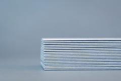 Pila de tarjetas de visita de doble cara, vista lateral Imagen de archivo libre de regalías