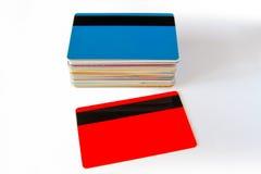 Pila de tarjetas del descuento aisladas en el fondo blanco con las sombras Imagen de archivo libre de regalías