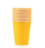 Pila de taza de café de papel colorida. Imagen de archivo