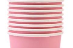 Pila de taza de café de papel colorida. Cierre para arriba. Foto de archivo