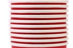 Pila de taza de café de papel colorida. Cierre para arriba. Imagen de archivo libre de regalías