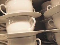 Pila de tazas blancas fotografía de archivo
