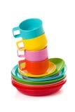 Pila de tazas corlorful plásticas y las placas - perfeccione para la comida campestre Fotos de archivo libres de regalías