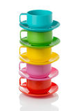 Pila de tazas corlorful plásticas y las placas - perfeccione para la comida campestre foto de archivo libre de regalías