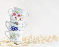 Pila de tazas de té del vintage Fotos de archivo libres de regalías