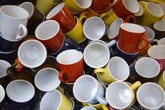 Pila de tazas o de tazas coloridas imagen de archivo