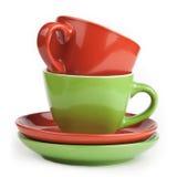 Pila de tazas y de platillos de té rojo y verde Fotos de archivo