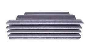 Pila de teja de tejado concreta (color gris) en blanco Foto de archivo