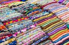 Pila de telas y de materia textil coloridas Fotos de archivo