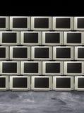Pila de televisiones o de visualizaciones de los monitores fotos de archivo