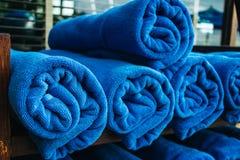 Pila de toallas azules rodadas para arriba Imagen de archivo libre de regalías