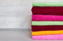 Pila de toallas coloridas foto de archivo libre de regalías