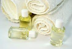 Pila de toallas con aceites de piel Imagen de archivo libre de regalías