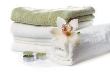 Pila de toallas con la flor de la orquídea Foto de archivo libre de regalías